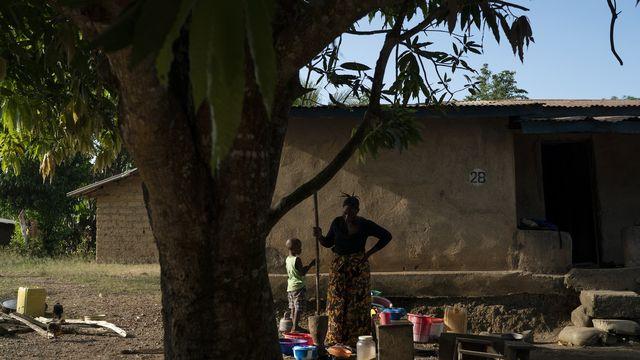 Une femme et son enfant au village de Kombayendeh au Sierra Leone durant la pandémie de coronavirus. [Leo Correa - AP Photo/Keystone]