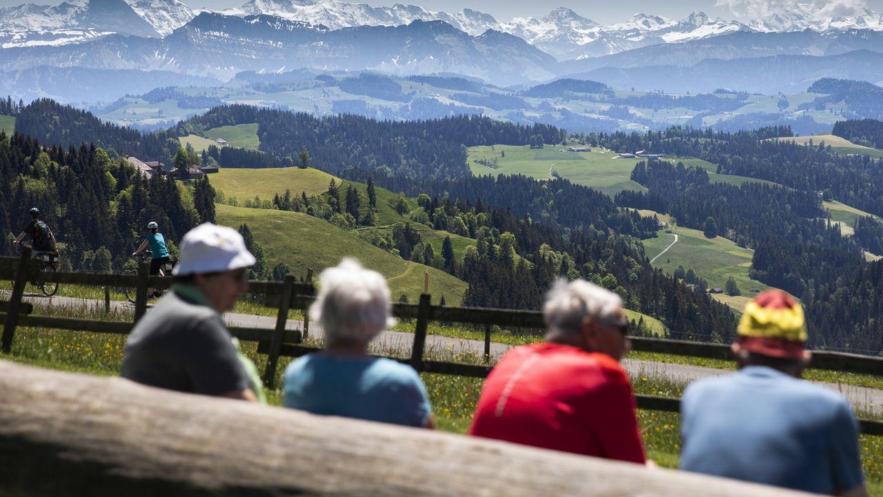 Des randonneurs profitent d'une vue splendide sur les Alpes bernoises, le 21 mai 2020. [Peter Klaunzer - Keystone]