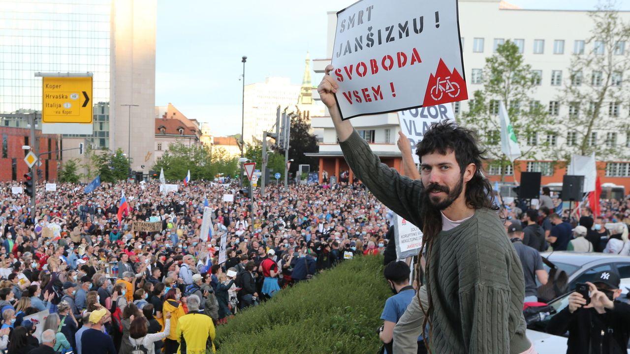 Des dizaines de milliers de Slovènes se sont rassemblés pour appeler au départ du Premier ministre conservateur Janez Jansa, le 28 mai 2021 à Ljubljana. [Tomi Lombar - EPA/Keystone]