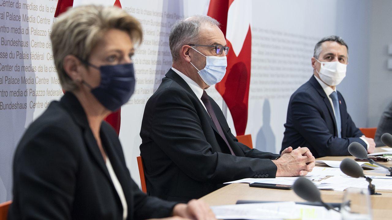 Karin Keller Sutter, Guy Parmelin et Ignazio Cassis au moment d'annoncer la fin des négociations sur l'accord-cadre avec l'UE. [Peter Schneider - Keystone]