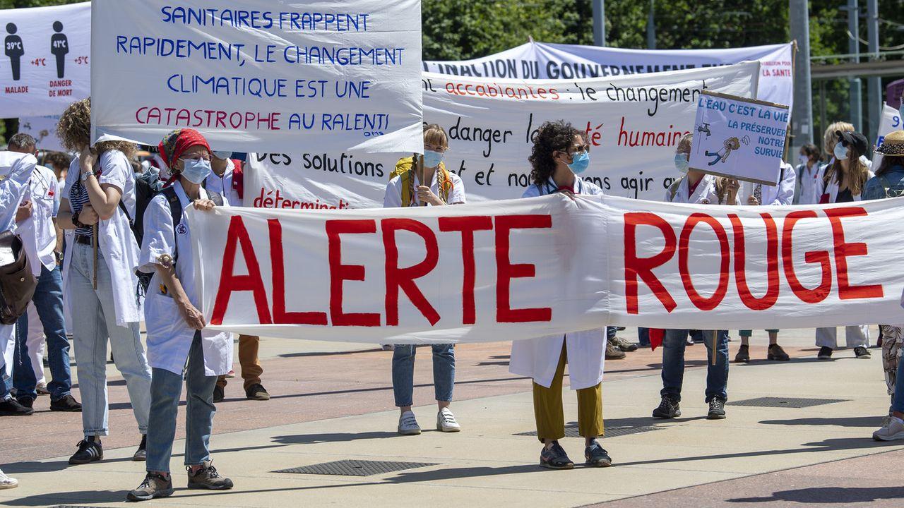 Environ 200 médecins ont manifesté samedi devant l'Organisation mondiale de la santé (OMS) à Genève en exigeant que les autorités sanitaires fassent du changement climatique. [Martial Trezzini - Keystone]