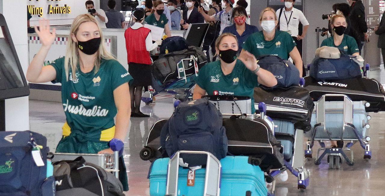 Les joueuses australiennes à leur arrivée à l'aéroport. [Keystone]