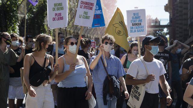 Des militants manifestent dans les rues de Lausanne lors de la grève du climat le 4 septembre 2020 à Lausanne. [Cyril Zingaro - Keystone]
