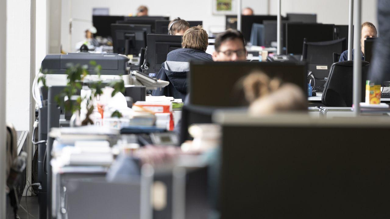 Des journaliste au travail dans une openspace, le 7 novembre 2019 au siège de CH Media à Aarau. [Christian Beutler - Keystone]