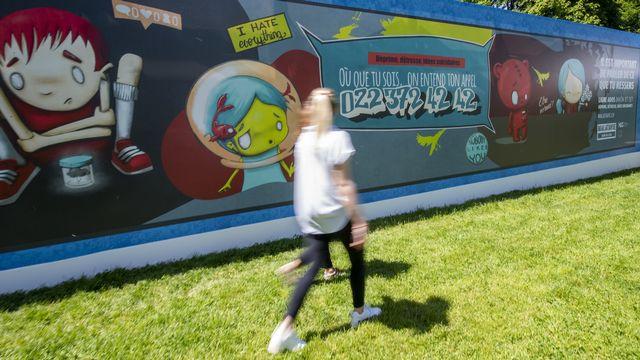 Des personnes visitent l'exposition autour de l'adolescence et du risque suicidaire au Parc de La Grange à Genève. [Martial Trezzini - Keystone]