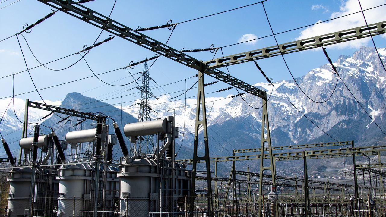 Avec l'échec des négociations pour l'accord cadre avec l'UE, la Suisse doit repenser son alimentation en électricité, surtout pendant l'hiver. [Olivier Maire - Keystone]
