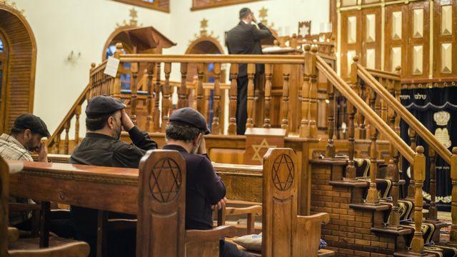 Prière dans la synagogue des Six Dômes à Krasnaiya Sloboda ou Ville Rouge, district de Quba,  Azerbaïdjan 2016. [Oleksandr Rupeta - NurPhoto via AFP]