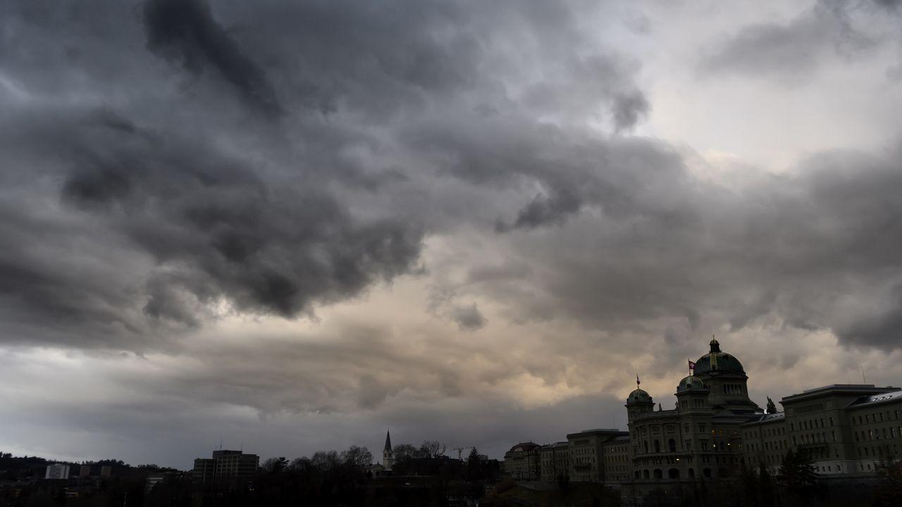 Un orage sur la ville de Berne. [Anthony Anex - Keystone]