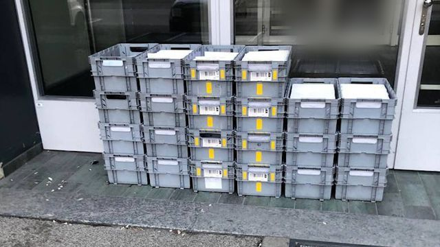 Les caisses ont été laissées à même la rue sans surveillance durant trois jours. [RTS]