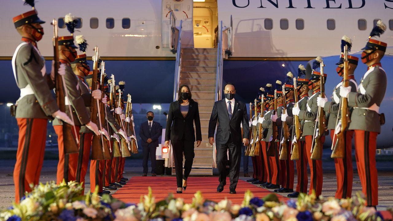 La vice-présidente américaine Kamala Harris accueillie au Guatemala par le ministre des Affaires étrangères Pedro Brolois. [AP Photo/Jacquelyn Martin - Keystone]