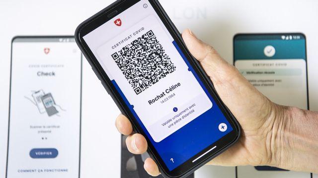 Un visuel présentant l'aspect du nouveau certificat Covid sur un smartphone. [Jean-Christophe Bott - Keystone]