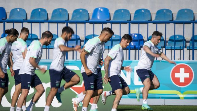 L'équipe Suisse de football a tenu sa première séance d'entraînement à Bakou sous une température agréable de 22 degrés. [Jean-Christophe Bott - Keystone]
