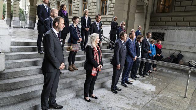 Le Conseil d'Etat genevois in corpore au Palais fédéral, avec les parlementaires fédéraux, pour défendre le projet d'agglomération du Grand Genève. [Alessandro della Valle - Keystone]
