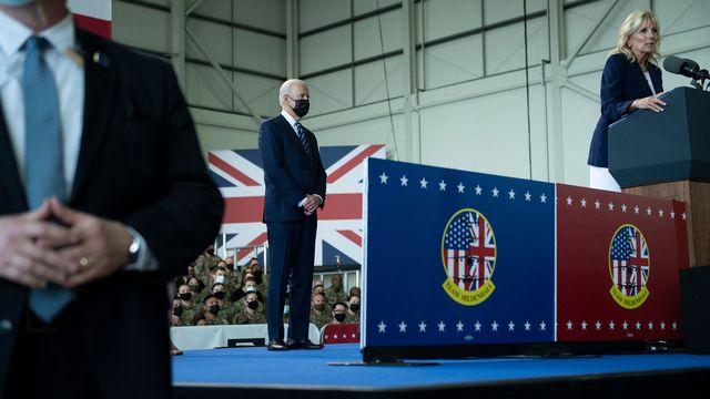 Le président américain Joe Biden écoute le discours de son épouse Jill, lors d'une rencontre avec les militaires de l'US Air Force stationnés à la base de Mildenhall, au Royaume-Uni. [Brendan Smialowski - AFP]
