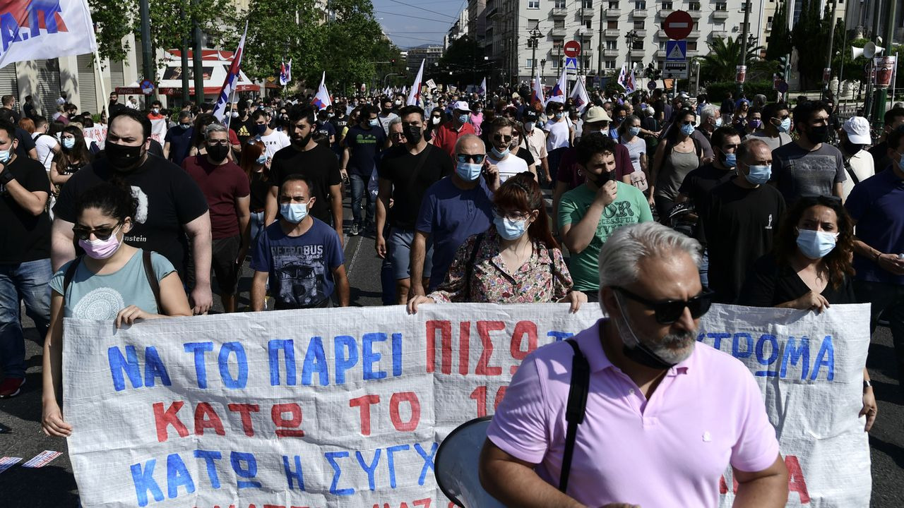 Des grévistes défilent dans les rues d'Athènes. [Michael Varaklas - Keystone/AP Photo]
