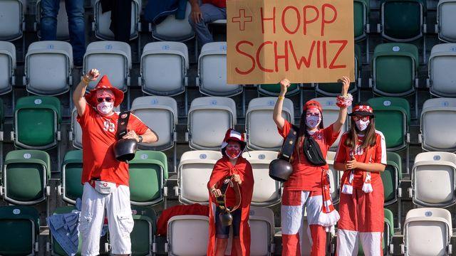 Quelques supporters helvétiques étaient présents le 3 juin à Saint-Gall pour soutenir la Suisse lors de son ultime match amical avant l'Euro. [Fabrice Coffrini - AFP]