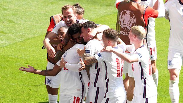 Les Anglais célèbrent l'ouverture du score de Sterling. [Martin Ricket - Imago]
