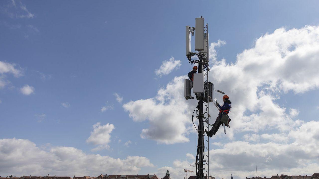 L'installation d'une antenne 5G à Berne, en mars 2019. [Peter Klaunzer - Keystone]