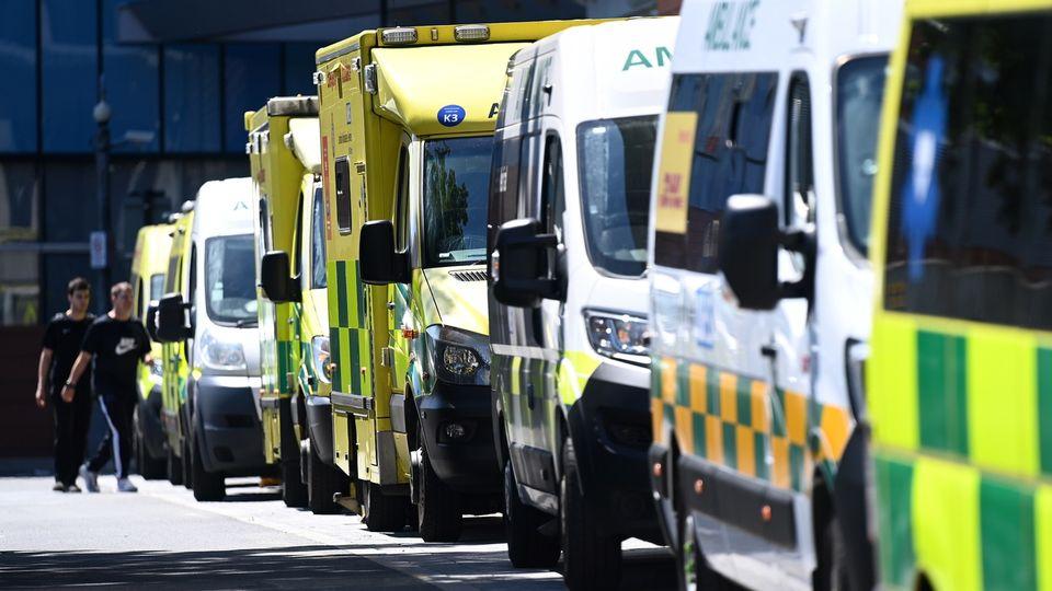 Des ambulances attendent à l'extérieur du Royal London Hospital. Londres, le 14 juin 2021. [Andy Rain - Keystone/epa]