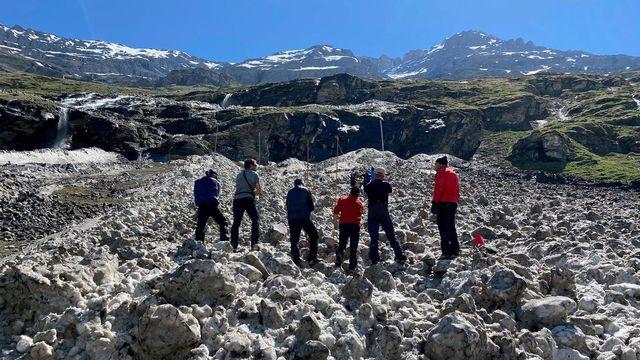 Dimanche, une avalanche a emporté un homme évoluait sur un chemin balisé, selon les forces de l'ordre, appelant la population à se montrer prudente. [Police cantonale valaisanne]