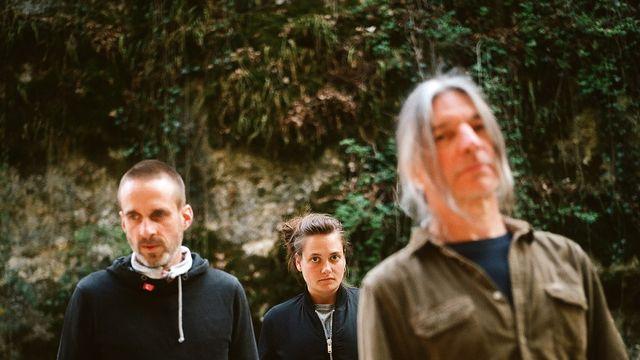 Le groupe /A\, formé par Nicolas Pittet, Emilie Zoé et Franz Treichler. [Mehdi Benkler - Two Gentlemen & Hummus Records]