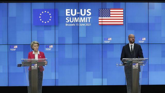 Ursula von der Leyen et Charles Michel lors d'une conférence de presse à Bruxelles concernant l'accord Airbus-Boeing. [Olivier Hoslet / EPA - KEYSTONE]