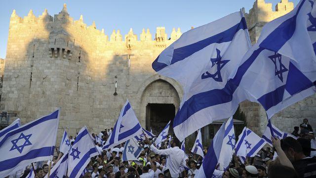 """Des juifs ultranationalistes défilent lors de """"Yom Yerushalaim"""" ou """"la journée de Jérusalem"""", près de la porte de Damas, en-dehors de la Vieille Ville de Jérusalem, le 15 juin 2021. [Mahmoud Illean - Keystone/AP photo]"""