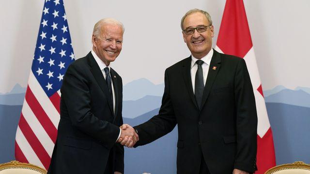La poignée de main entre le président américain Joe Biden et le président de la Confédération Guy Parmelin, le 15 juin 2021 à l'hôtel Intercontinental à Genève. [Patrick Semansky - AP/Keystone]
