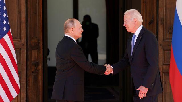 La poignée de main entre Vladimir Poutine et Joe Biden. [Kevin Lamarque - Keystone]