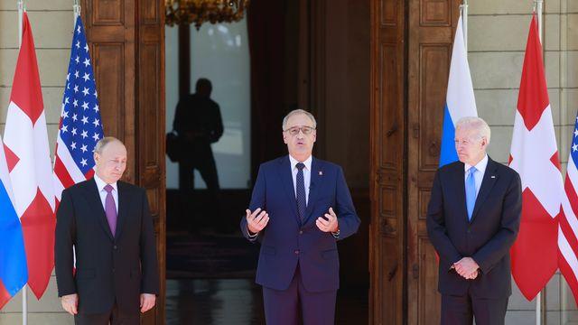 """Vladimir Poutine et Joe Biden ont été reçus par le président de la Confédération, Guy Parmelin. """"La Suisse est heureuse de pouvoir, conformément à sa tradition des bons offices, favoriser votre dialogue et votre compréhension mutuels"""", a-t-il expliqué. [Denis Balibouse - Keystone]"""