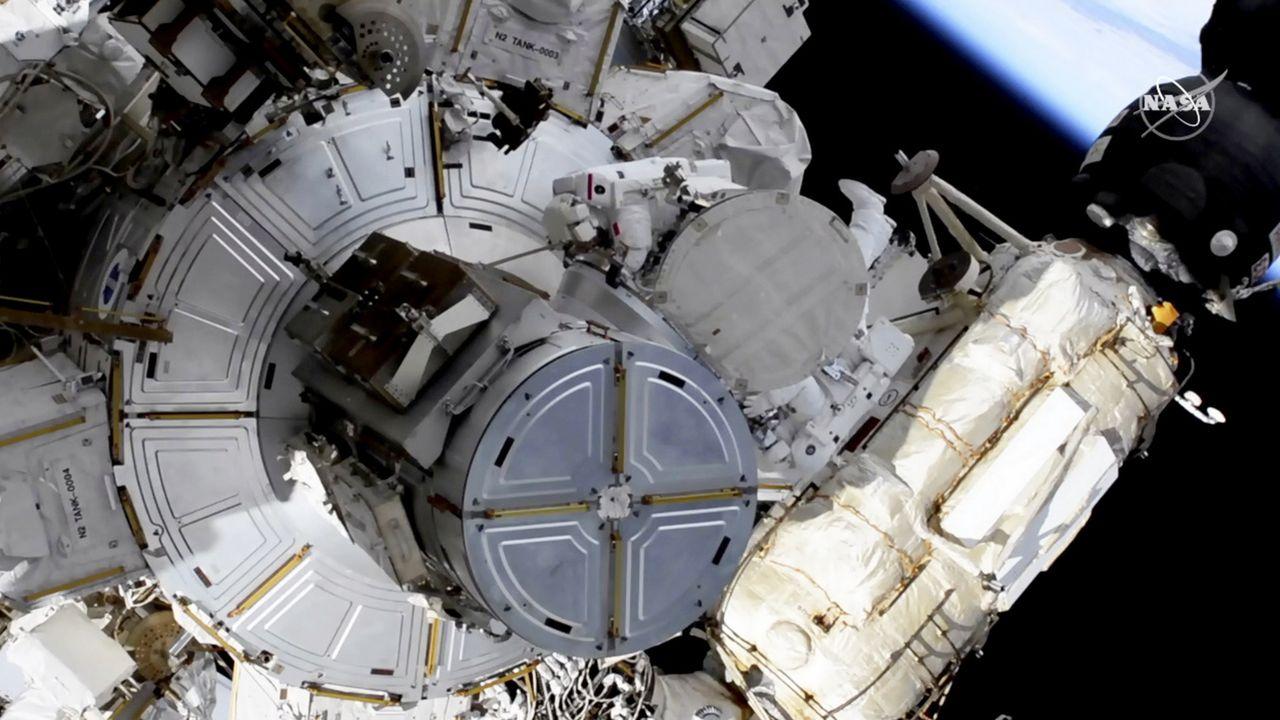 L'astronaute français Thomas Pesquet (en haut, au centre) s'est élancé pour la 3e fois de sa vie dans le vide spatial, aux côtés de l'Américain Shane Kimbrough. International Space Station, le 16 juin 2021. [NASA via AP - Keystone]