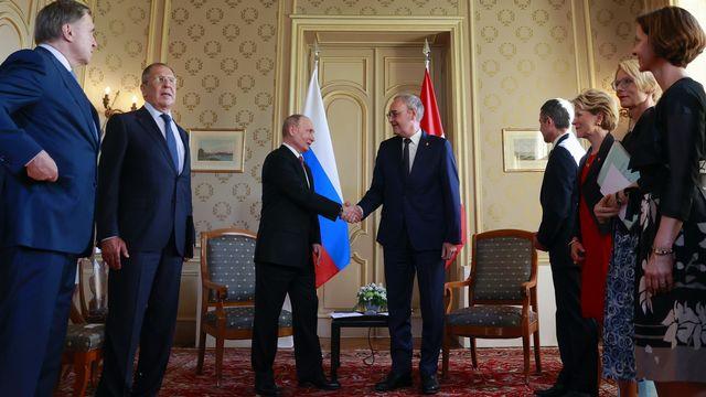 Le président de la Confédération Guy Parmelin a pu s'entretenir quelques minutes avec le président russe Vladimir Poutine à Genève. [Denis Balibouse - Keystone]