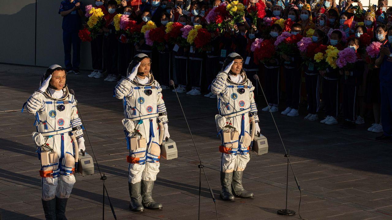 Les trois astronautes chinois avant leur envol dans l'espace. [EPA/Romain Piliipey - Keystone]