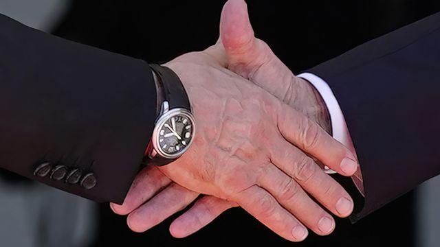 La poignée de mains entre Joe Biden et Vladimir Poutine à Genève. [AP Photo/Patrick Semansky - Keystone]