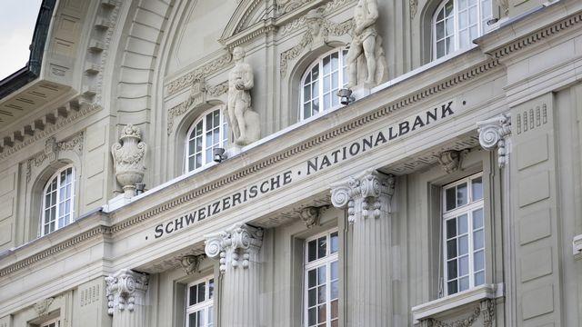 La Banque nationale suisse (BNS) a éloigné jeudi lors de sa conférence de presse la perspective d'un relèvement prochain de ses taux d'intérêt, en dépit du relèvement de ses prévisions d'inflation, et laissé inchangée sa politique monétaire. [Gaetan Bally - Keystone]
