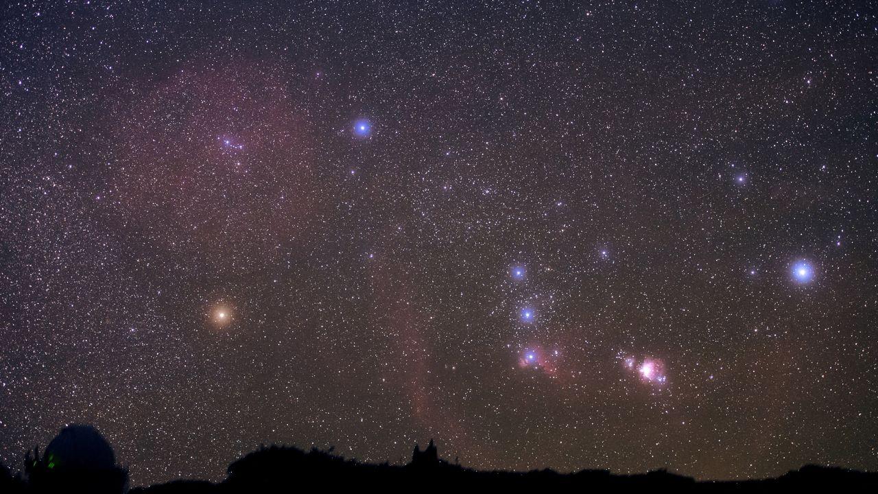 La constellation d'Orion photographiée en longue pause depuis La Palma. A gauche, on aperçoit Bételgeuse, avec sa couleur orangée. [B.A.Tafreshi / Leemage  - AFP]