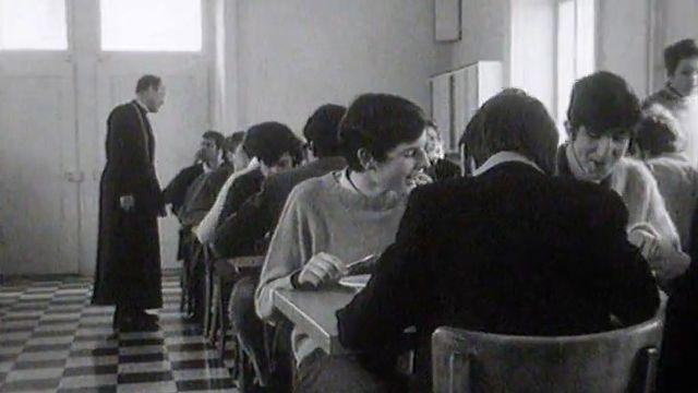 Le réfectoire de l'internat du Collège de Saint-Maurice en 1969 [RTS]