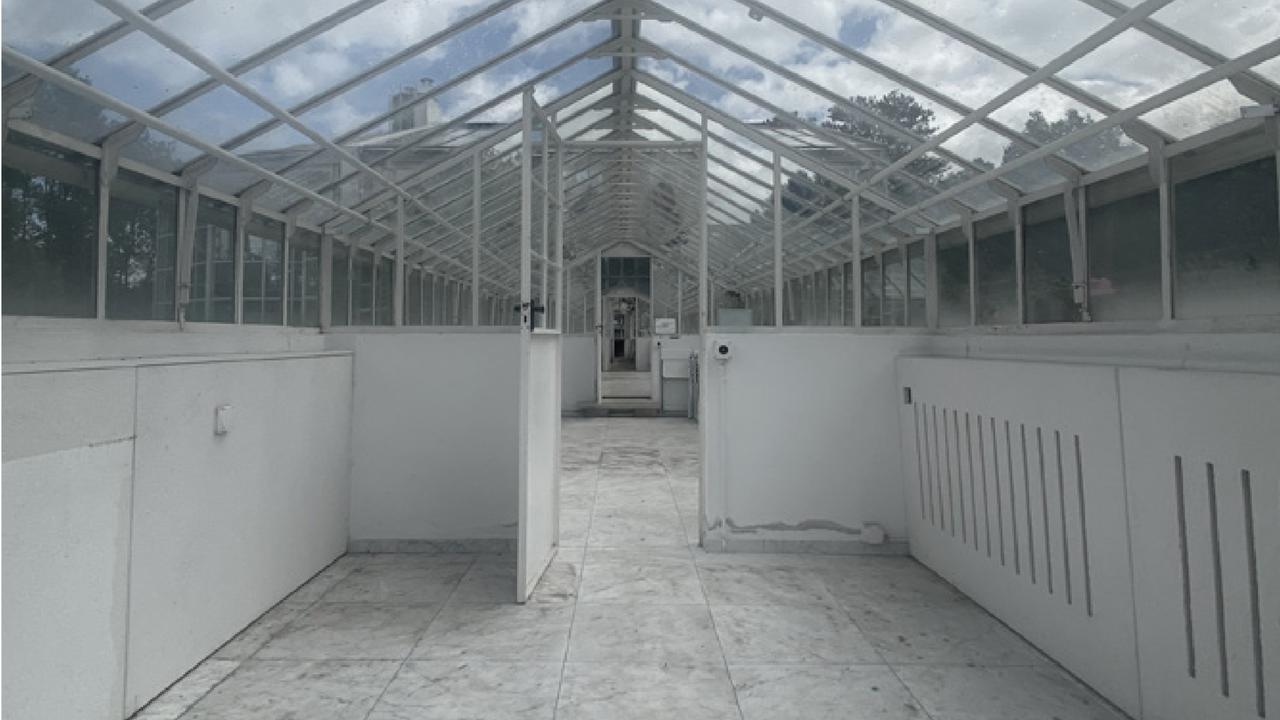 """L'un des lieux du Musée Transitoire à Genève. """"Propriété privée. Terrain. Serre."""" [Musée Transitoire]"""