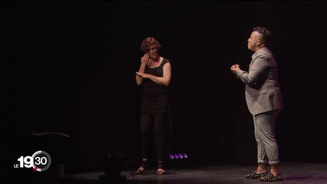 Première suisse: l'humoriste Antoine Maulini présente son one-man show avec une traduction instantanée en langue des signes. [RTS]