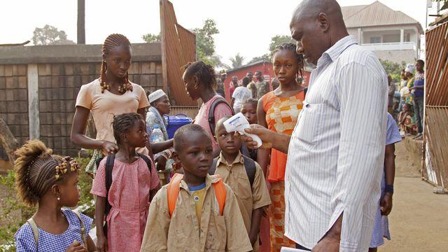 Contrôles de température en Guinée pour prévenir les cas d'Ebola (image d'archive). [Youssouf Bah - Keystone/AP]