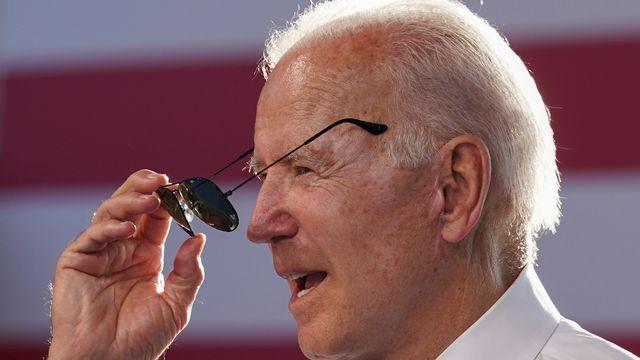 Joe Biden a notamment offert une paire de ses lunettes de soleil préférées à Vladimir Poutine en marge de leur rencontre à Genève. [Kevin Lamarque - Reuters]
