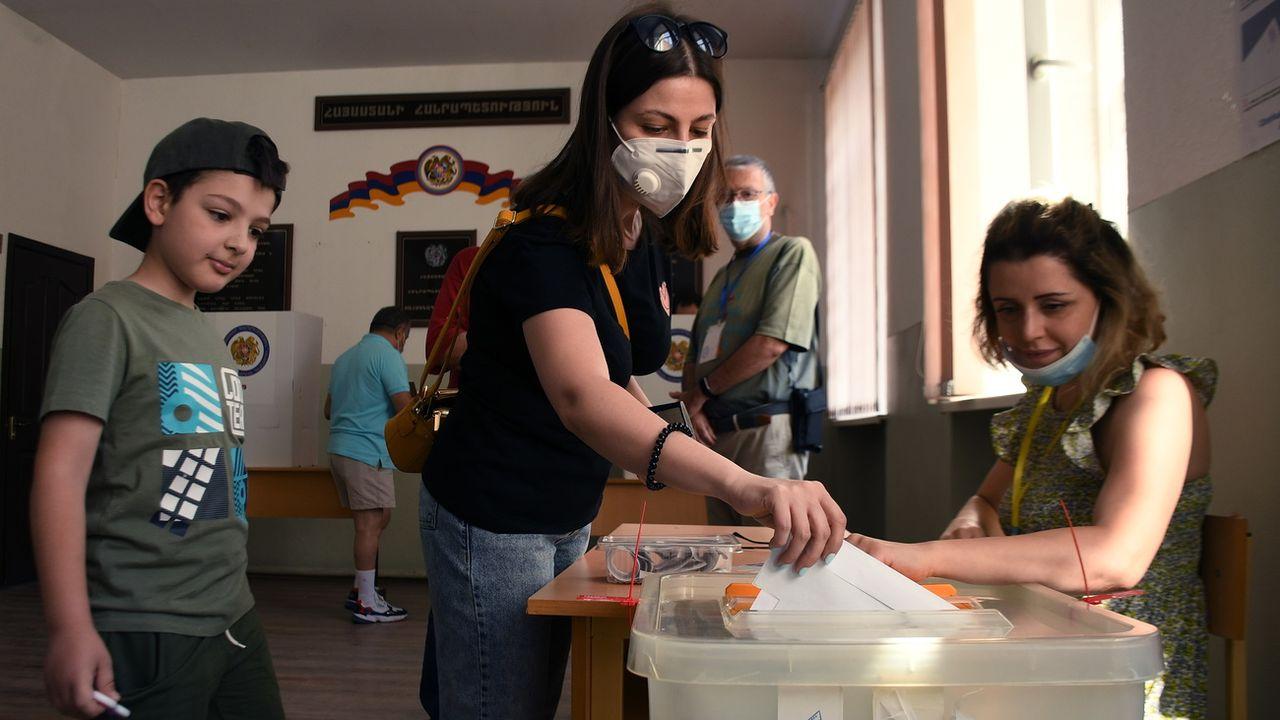 La population arménienne vote dimanche pour des législatives anticipées incertaines et risquées pour le Premier ministre Nikol Pachinian. Erevan, le 20 juin 2021. [Narek Aleksanyan - Keystone/epa]