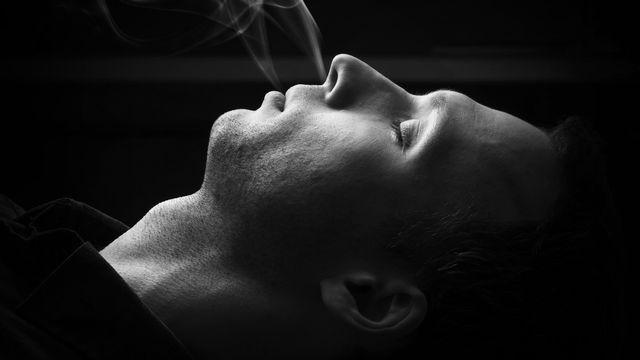 Le sommeil des personnes fumeuses est moins réparateur. [eugenesergeev - depositphotos]