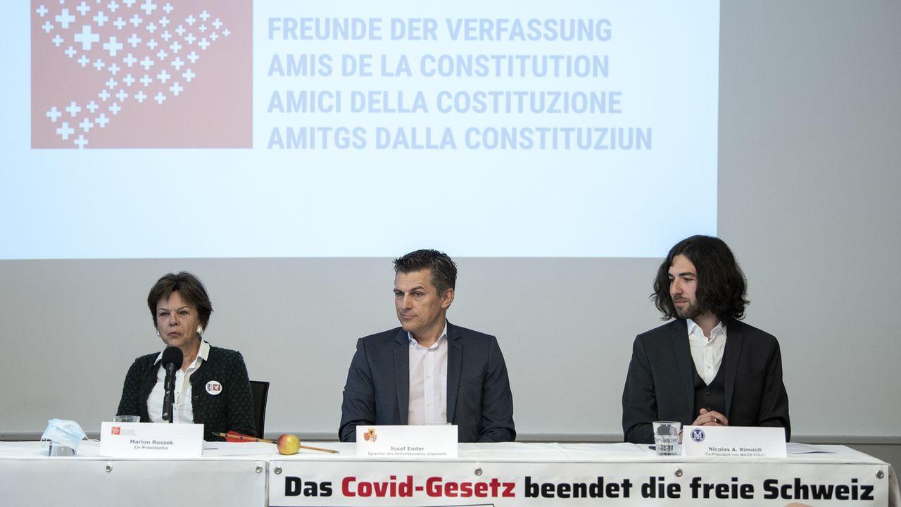 Une conférence de presse des opposants à la loi Covid-19, dont la co-présidente des Amis de la Constitution Marion Russek. [Peter Schneider - Keystone]