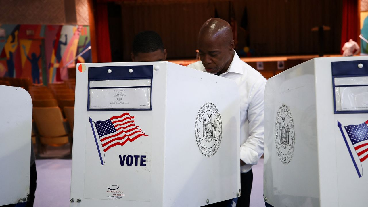 Le candidat et favori Eric Adam vote pour les primaires démocrates à la mairie de New-York [Tayfun Coskun - Anadolu Agency]