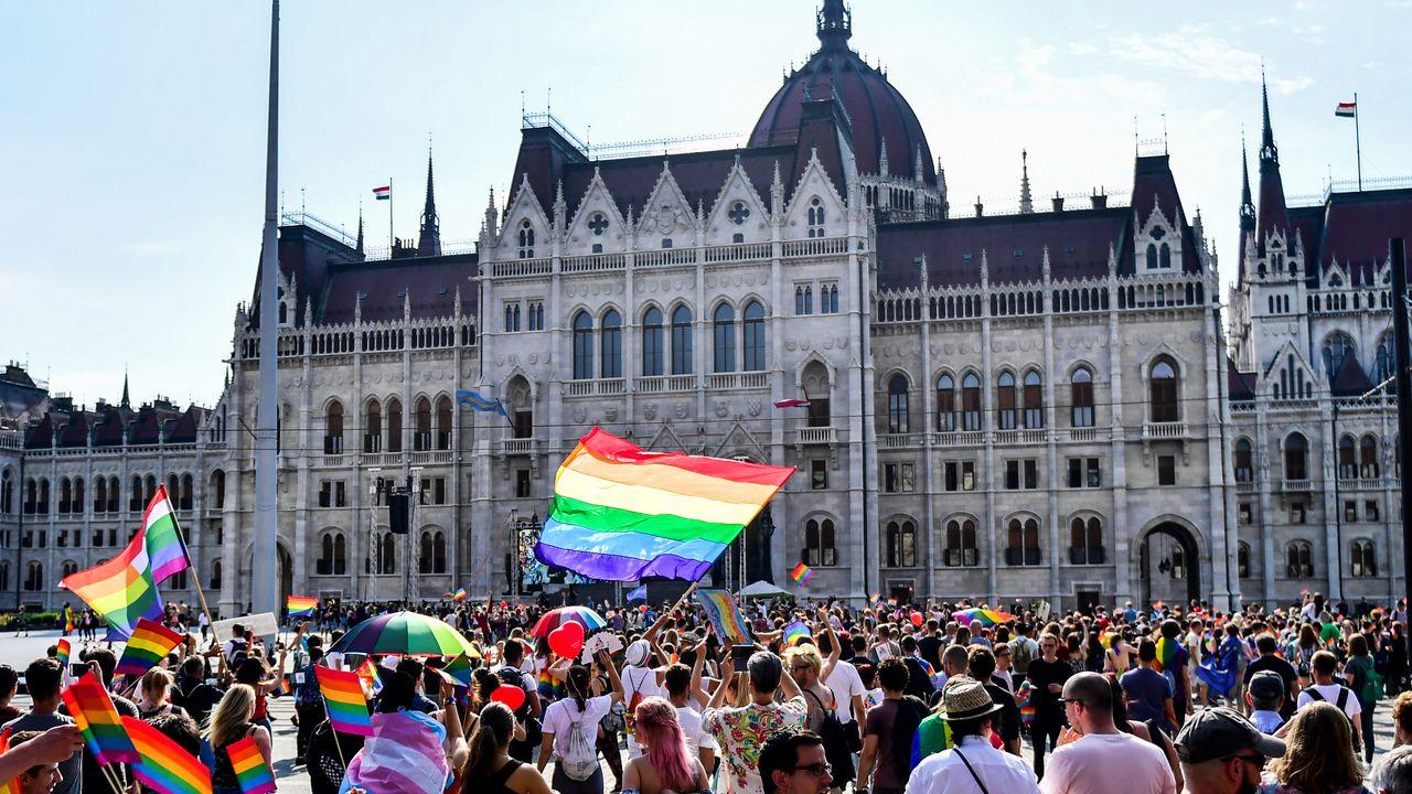 Le 7 juillet 2018, la gay pride s'est arrêtée devant le Parlement à Budapest en Hongrie.  [GERGELY BESENYEI / AFP - AFP]