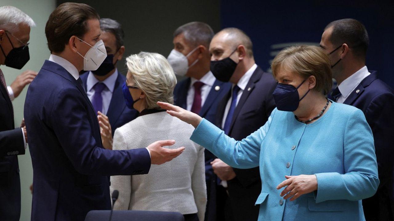 Angela Merkel (à droite) est présente au sommet européen à Bruxelles. [Olivier Matthys - AFP]