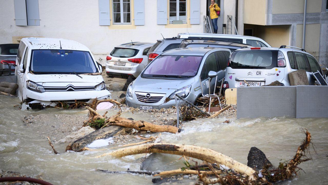 De nombreux véhicules ont été détruits par les violents orages de ces derniers jours. [Laurent Gillieron - Keystone]