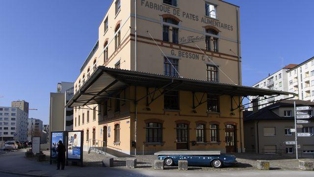 Deux enseignants de l'Ecole professionnelle en arts appliqués (Eikon) de Fribourg licenciés. [Anthony Anex - Keystone]
