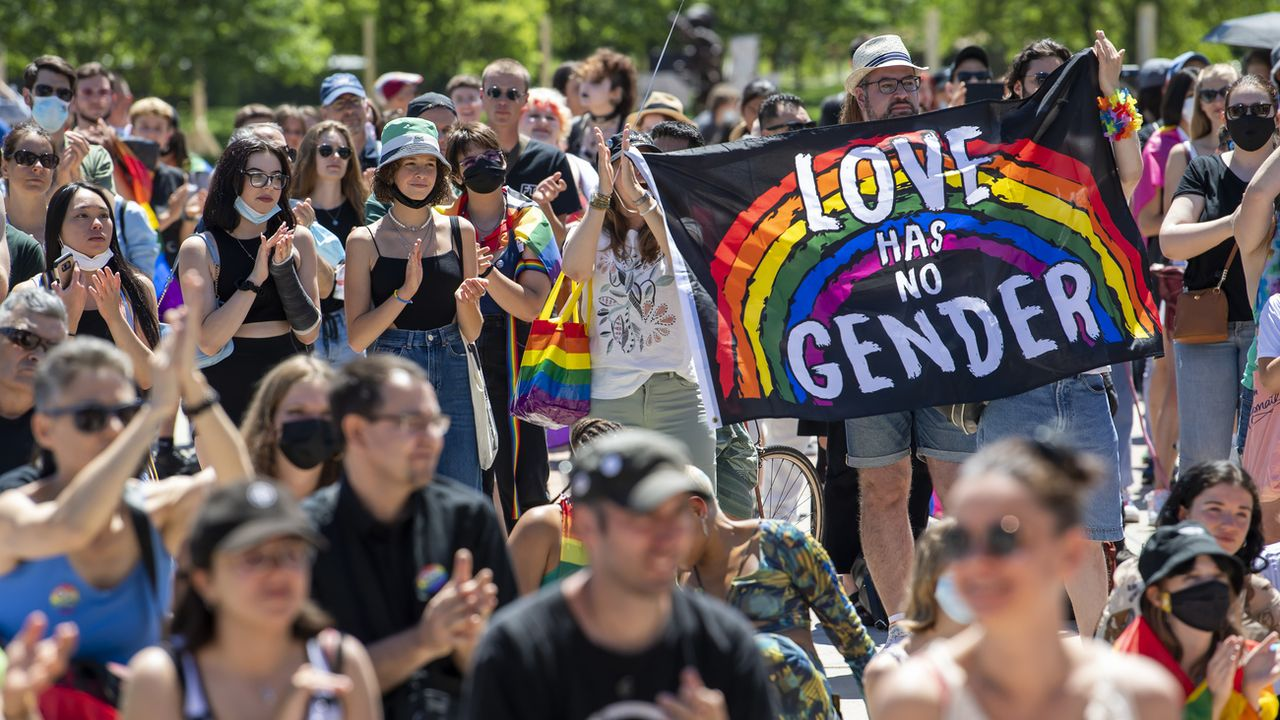 """""""Oui, je le veux"""". Environ 400 personnes ont lancé samedi après-midi dans le cadre de la Geneva Pride la campagne en faveur du """"Mariage pour tous"""".  [MARTIAL TREZZINI - KEYSTONE]"""